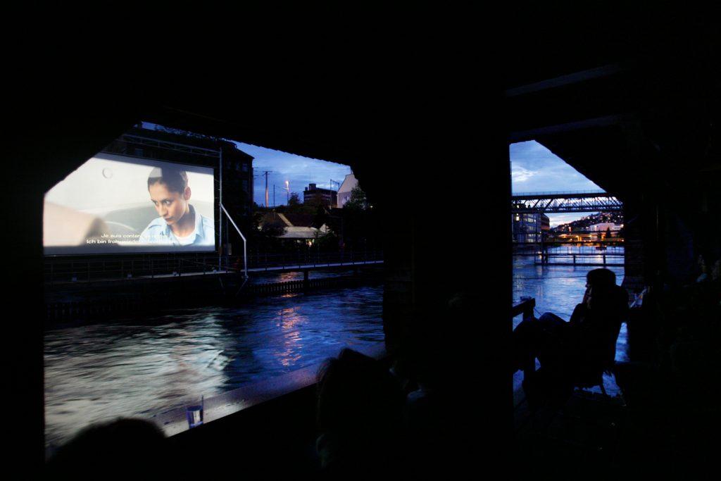 Filmfluss-Kino in der Badi Unterer Letten.